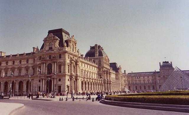 Place Du Louvre, March 2004