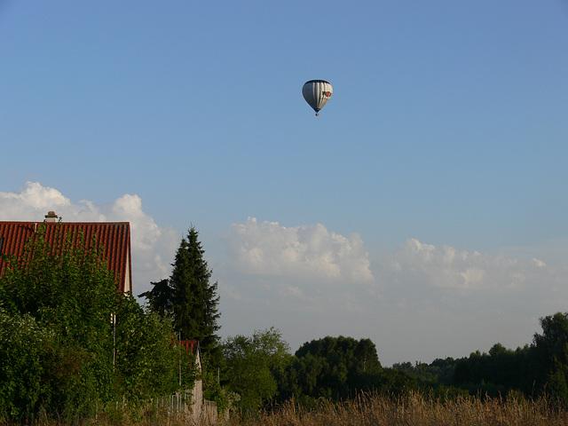 Heißluftballon über Häuser