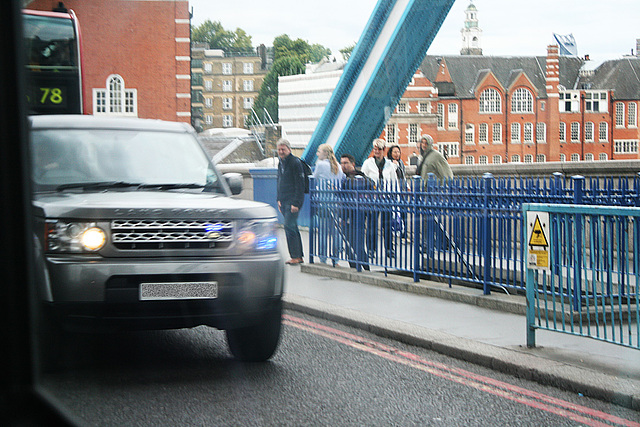 Unmarked Police Land Rover on Tower Bridge  30 8 2011