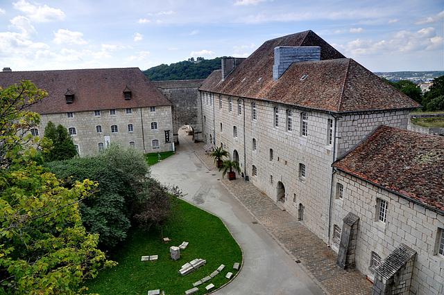 BESANCON: Entrée de la Citadelle depuis la tour du roi.