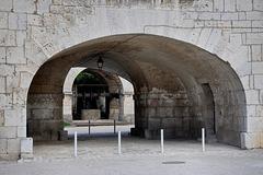 BESANCON: La Citadelle: Passage entre la cour des Cadet et l'Eglise St Etienne (HDR).
