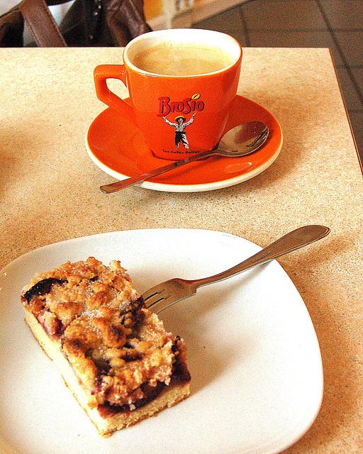 Prunkuko kaj taso kun kafo - Pflaumenkuchen und eine Tasse Kaffee