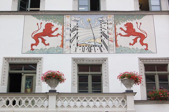 Sunhorloĝo de la urbodomo - Sonnenuhr des Rathauses