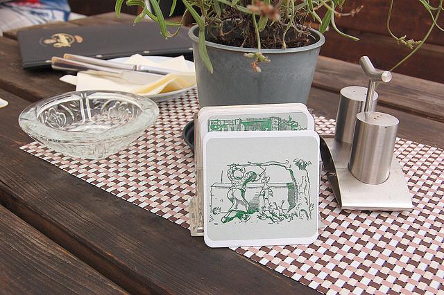 """Tablo de la restoracio """"Vidvino Bolte"""" (Tisch des Restaurants Witwe Bolte.)"""