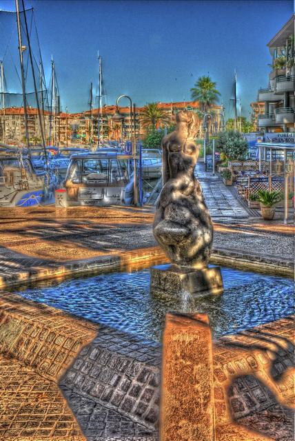 FREJUS: Statue à Port-Fréjus.