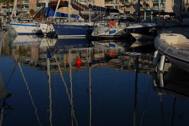FREJUS: Reflet de bateaux dans le port.