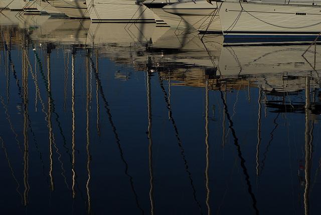 FREJU: Reflet de bateaux dans le le port.