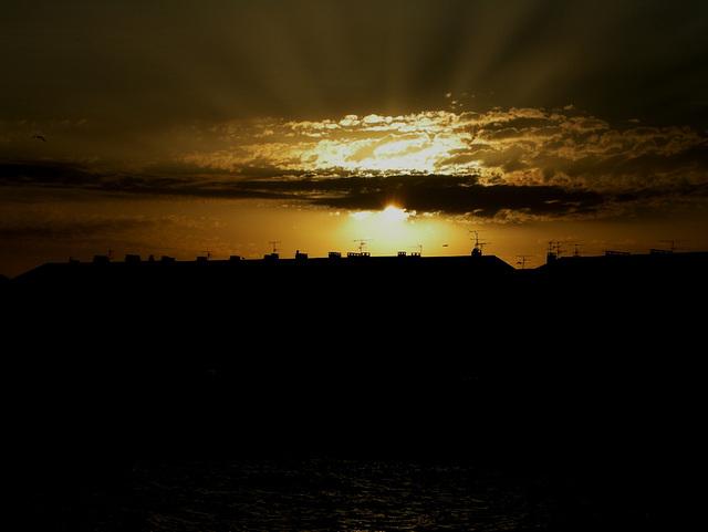 SAINT-RAPHAËL: Coucher de soleil sur Fréjus depuis le port de St-Raphaël.