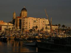 SAINT-RAPHAEL: Couché se soleil sur le port et la Basilique.