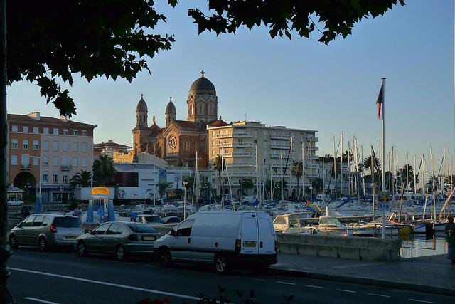 ST RAPHAEL: Le port, la Basilique.