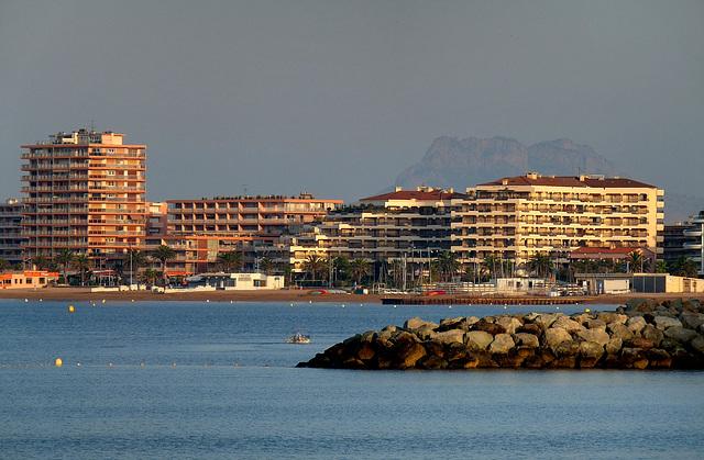 FREJUS: Vue du bord de mer ainssi que le rocher de Roquebrune.