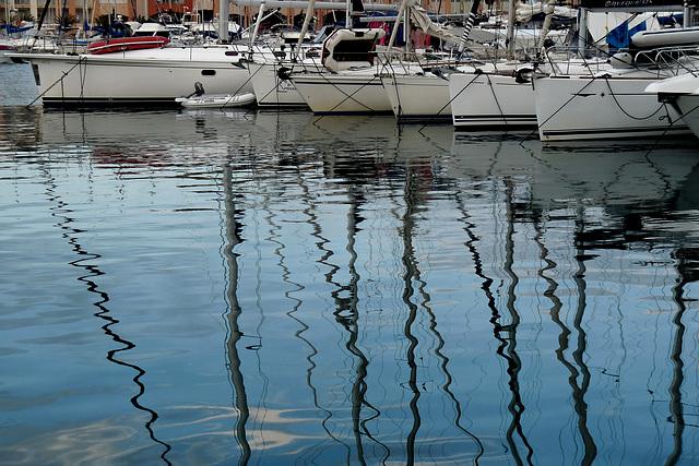 SAINT-RAPHAEL: Reflet de bateaux dans le port.