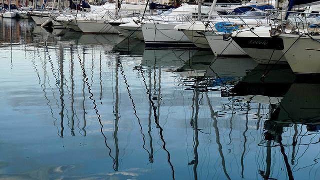 SAINT-RAPHAEL: Reflets de bateaux.