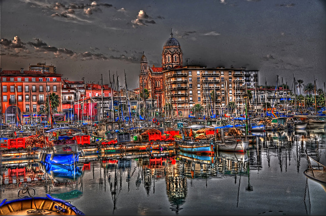 SAINT-RAPHAËL: Reflet de la Basilique dans la mer.