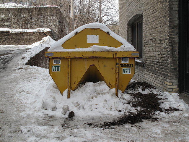 Laserscan these barcode stickers on this yellow Veit dumpster in the snow, with your barcode scannergun.