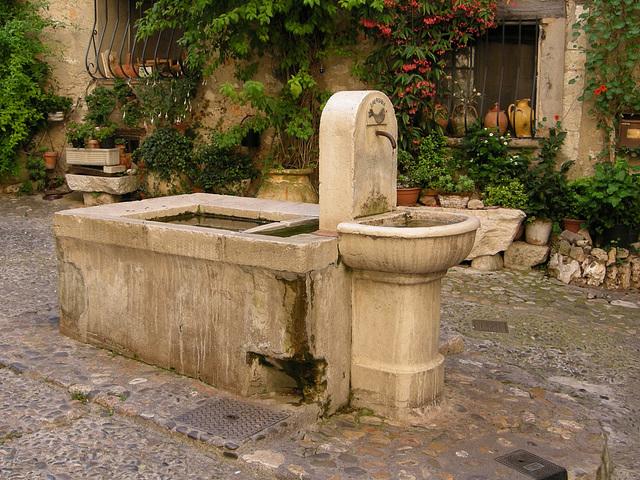 SAINT-PAUL: Une fontaine.