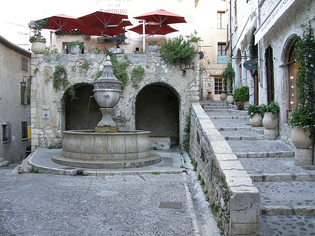 SAINT-PAUL: Grande fontaine...