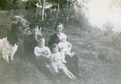 (448) Arnold og Jenny Svendsen, med Jens, Hilma og Liv(?)