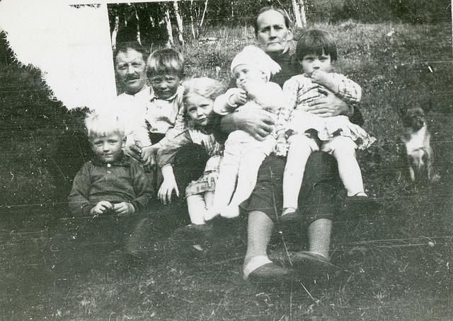 (449) Jens Johan og Elisabeth Marie Johannessen, med barnebarn (?)