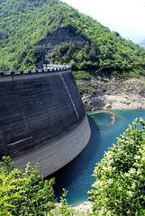 Lago di Valvestino an der Staumauer bei sehr geringem Wasserstand. ©UdoSm