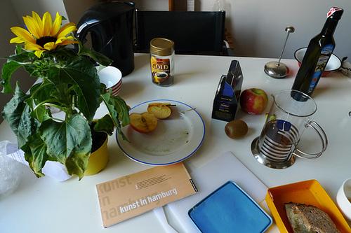 Arbeitstisch mit Sonnenblume -- tisch-1160535