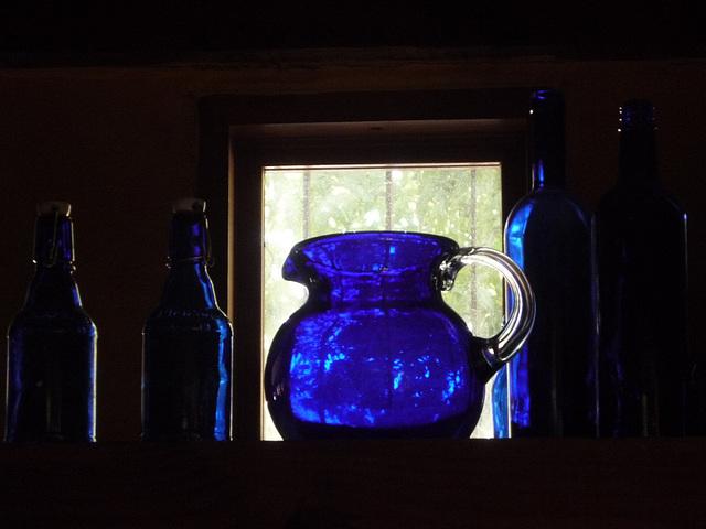 Jarro y botellas azules