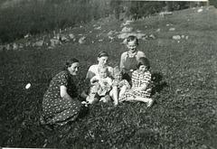 (459) Sommer 1937: Jenny Svendsen, Hilma, Jens, (foran:) Gunda, Randi og Liv.