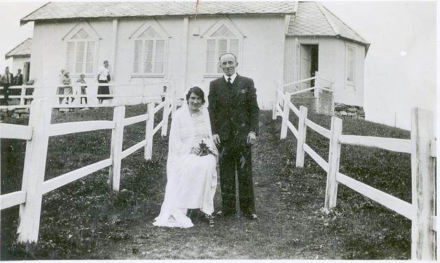 (476) Brudeparet Charlotte Josefine Nordeng og Amandus Seberg Johansen foran Baptistenes bedehus på Sommarøy, 11. juni 1938