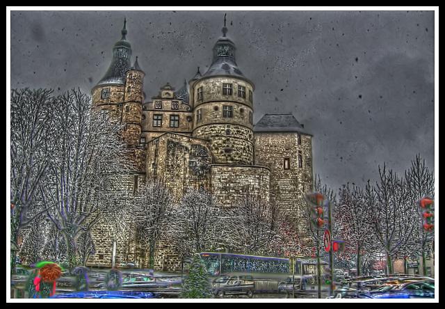 MONTBELIARD (25): Le Chateau sous la neige tombant.