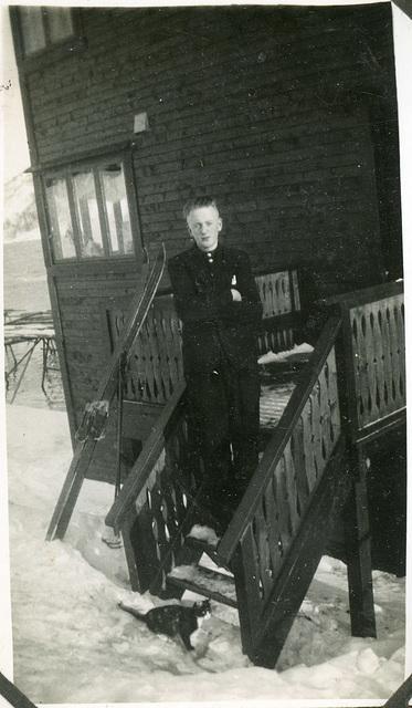 (479) Karl (Kalle) Kroken på trappa utfor Tunheimbrygga