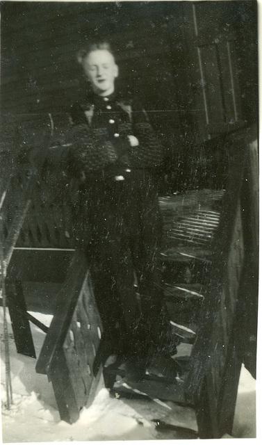 (482) Karl (Kalle) Kroken på trappa utfor Tunheimbrygga