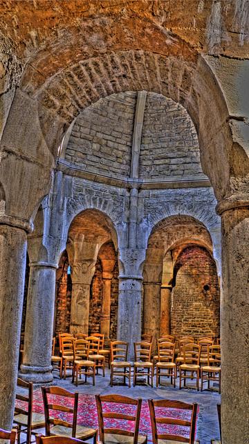 DIJON: Cathédrale Saint Bénigne: La Crypte