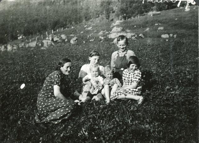 (496) Sommer 1937: Jenny Svendsen, Hilma, Jens, (foran:) Gunda, Randi og Liv.