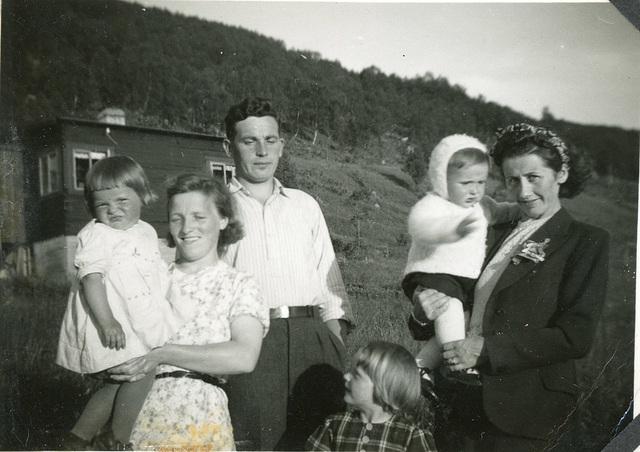 (499) Solbjørg, Randi og Wiggo Yttergård, Per Willy og Gunnlaug Åsheim. Åse Marie Hjertø foran.