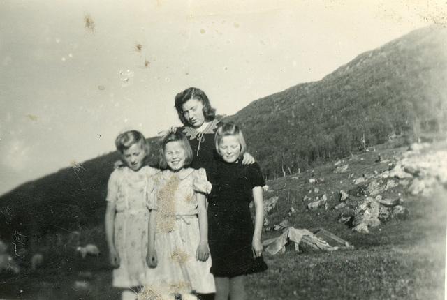 (513) Foran: Randi (Svendsen) Tryti, Bjørg (Edøy) Hansen, Astrid Pedersen. Bak: Hilma (Svendsen) Solem
