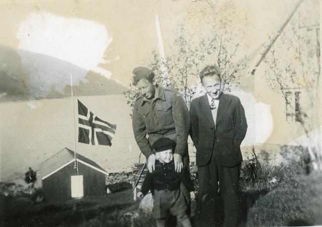 (514) Lille gutten er Jon, sønnen til Gunnvor - Inge og Kåre (alle de var fra Honningsvåg). Disse var evakuert til Kattfjord under krigen.