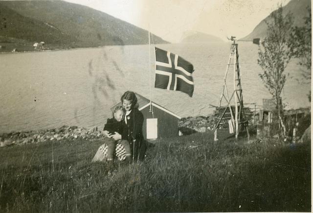 (515) Gunnvor og Jon. Gunnvor ble sykepleier og siden jordmor.