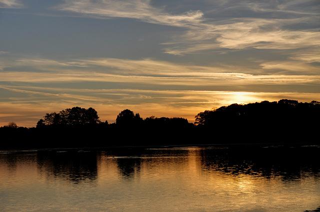 EVETTE SALBERT:Couché du soleil sur le lac.