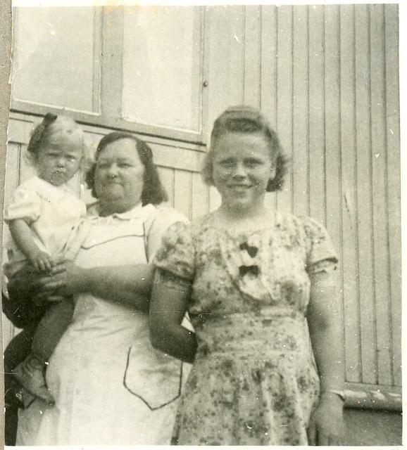 (528) Alida (i midten)