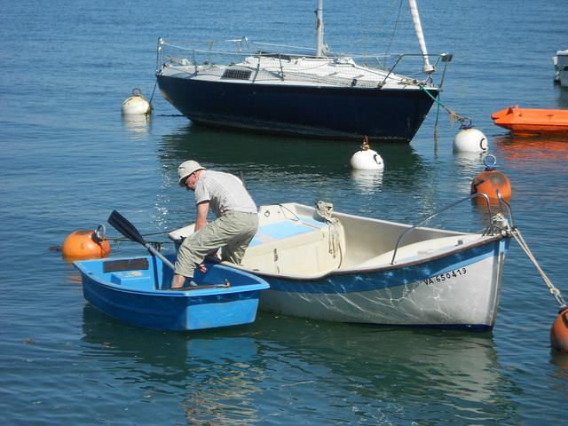 un marin a deux barques