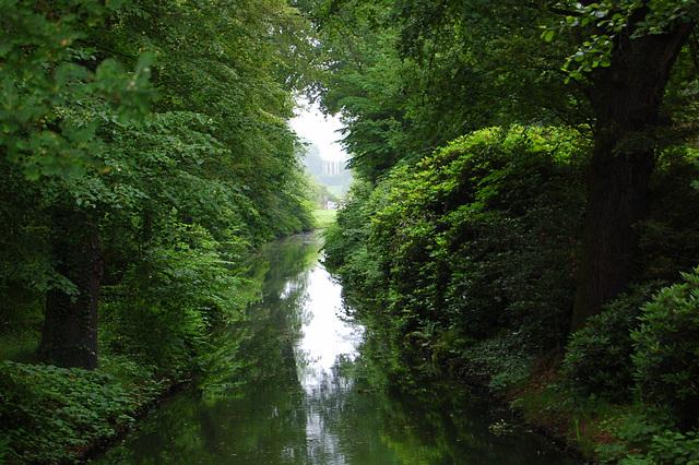 Rigardo de la Wolf-ponto tra la Wolf-kanalo al la Venustemplo (Blick von der Wolfsbrücke durch den Wolfskanal zum Venustempel)