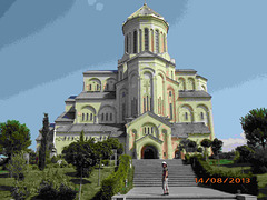 Mia edzino antau la cefa katedralo de Tbiliso