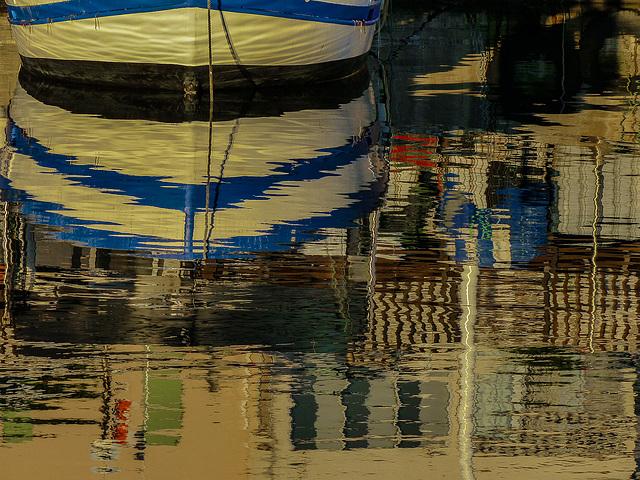Ce matin ............reflets dans le port de Sausset les Pins.