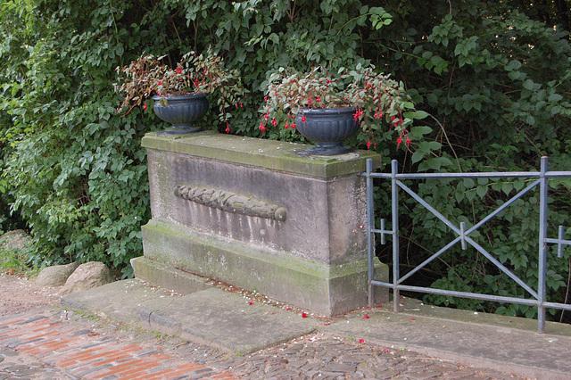 Florvazoj de la Wolf-ponto de Lupo (Blumenschalen der Wolfsbrücke)