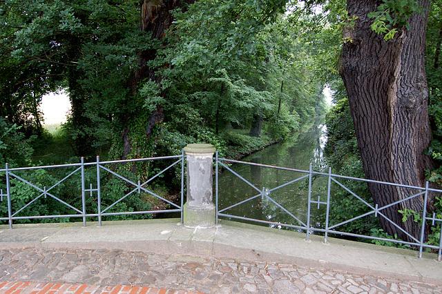 Wolf-ponto kun gondola kanalo (Wolfsbrücke mit Gondelkanal)