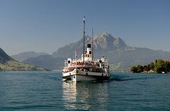 """Le bateau à vapeur """"Stadt Luzern"""" et le Pilatus (2122 m. alt.)"""