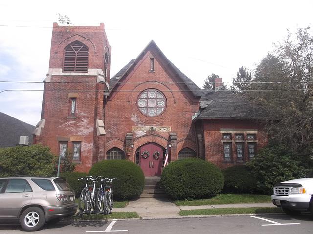 Église et vélos / Church and bikes.
