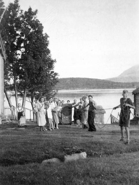 (074) Moro(?) i Hamna, med Ryøya i bakgrunnen. Med bl.a. Signold Solem