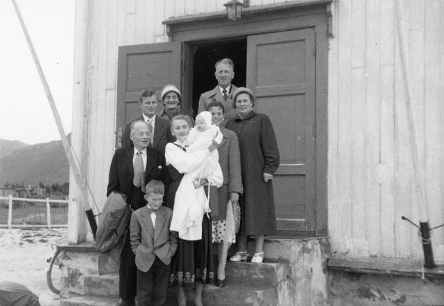 (113) Hillesøy kirke, 2. august 1958, Bakre rekke f.v.: Magnus Kroken, Tormod Edøy, Jenny Svendsen og Arnold Svendsen. Foran: <ukjent gutt>, Johanna Kroken med dåpsbarnet May Grønneberg, Solbjørg Ytte