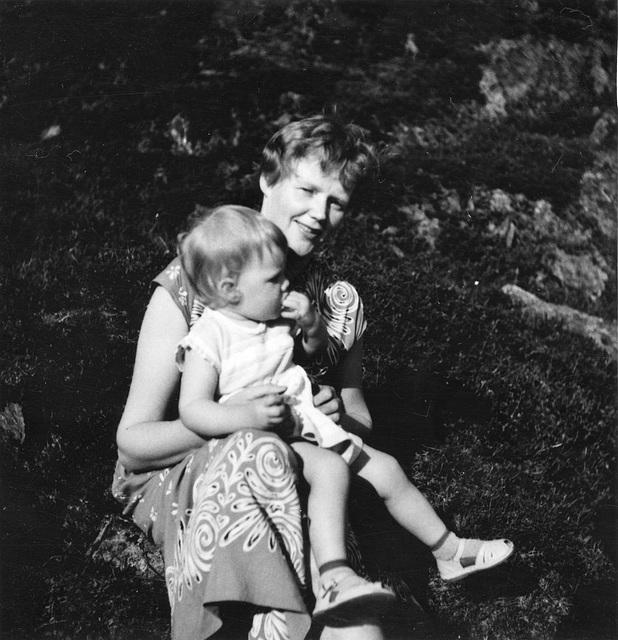 (116) Magnhild (Kroken) Grønneberg og datteren May